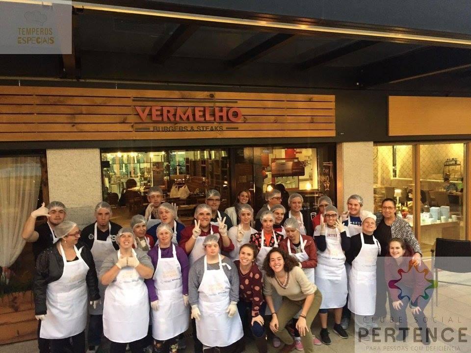 Foto oficial da turma do projeto Temperos Especiais do Clube Social Pertence no Vermelho Burgers & Steaks